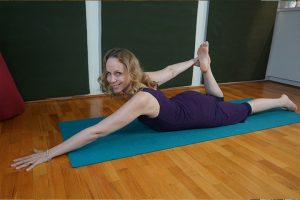 Post image for How to Balance in Dancer Pose: Yoga with Melissa 364